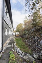 På baksiden av boligen er det mulighet for å lage en terrasseplatting slik som nabo har gjort, med utgang fra et av soverommene. Eier har kjøpt inn dør som vil medfølge.