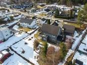 Langhus barneskole er kun 5 minutter gange fra boligen og det er gangvei helt frem. Haugjordet Ungdomsskole er i gang- og sykkelavstand fra boligen. Videregående skoler finner du i Ski, Ås og Oppegård.