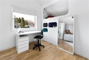 Soverom med plassbygd seng som er både kreativ og smart med hylleløsninger.