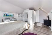 Rommet har inngang til to romslige lagringsrom i knevegg, en via praktiske skyvedører og den andre via dør. Det er en åpen garderobeløsning hvor det er det mulighet for  walk in closet eller andre bruksområder.