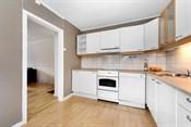 Lys innredning og fliser over kjøkkenbenk.