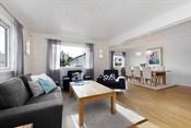Stuen er romslig og er naturlig delt inn i to soner, en for TV-krok og en for spisestue.