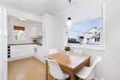 Kjøkkenet har en lys innredning som gir mye skap- og skuffplass, samt godt med benkplass.