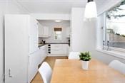 Rommets størrelse gjør at det er god plass til et spisebord for familien.