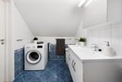 Opplegg og plass til vaskemaskin. Baderom er elektrisk oppvarmet med varmekabel.