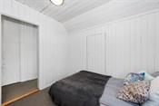 I dette soverommet er det dør til kott som kan benyttes til lagring.