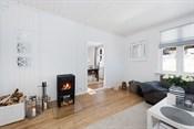 Det er mange innredningsmuligheter med god plass til sofagruppe, ulike hylleløsninger, TV-seksjon og langbord.