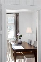 Den mindre stuen passer utmerket som en spisestue ellers tv-stue.