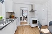 Rommet har god skap- og benkeplass til å tilberede måltider til hele familien og eventuelle gjester som kommer på besøk.
