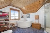 Bad i 2. etasje med dusj og badekar