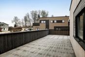 Terrassen strekker seg på 2 sider av boligen og har svært gode solforhold