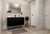 Delikat flislagt bad og kombinert vaskerom i underetasjen