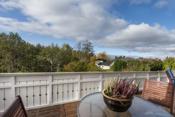 Stor, solrik og skjermet terrasse med blant annet utsyn mot friområde