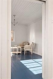 Laminatgulv på to soverom oppe, i loftsgang og på kontor, samt blåmalte tregulv i to rom oppe.