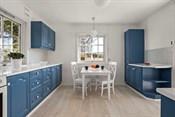Kjøkkenet ligger som et naturlig knutepunkt i huset og har plass til spisebord.