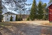 Eiendommen er opparbeidet med gårdstun og en herlig hage med plen, omrammet av store, skjermende trær, fjellknauser og naturlige vekster.