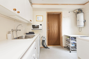 Tilknyttet kjøkkenet er dette praktiske rommet med bla eget kjølerom og sentralstøvsuger.