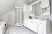 God med skapplass, badekar og eget dusjhjørne