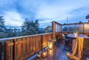Stor og lun terrasse i front med skjerming i glass.