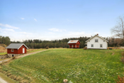 Beliggende i landlige og vakre omgivelser, mellom Otteid og Stikle