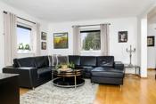 Lys og koselig salongstue med god palss for sofa. Her er opplegg for tv