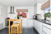 Romslig kjøkken med svært god skap- og benkeplass. Innredningen er i moderne utførelse og bærer preg av forsiktig bruk