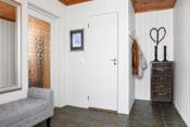 Vindfang med god plass, fliser i gulvet med varmekabel samt dør toalett-rom