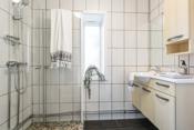 Flislagt bad med dusjhjørne