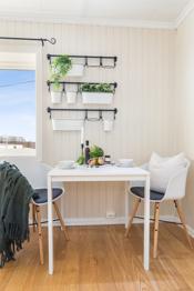 Stort kjøkken med plass til spisebord