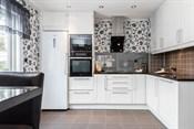 Stilrent kjøkken med integrerte hvitevarer
