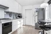 Kjkken med intergrert komfyr, oppvaskmaskin og gasstopp