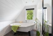Pent nyere oppusset flislagt bad med varmekabler i gulv