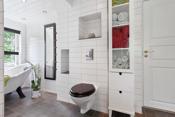 Badet har installert badekar - dusjhjørne- innredning- wc