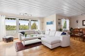 Stor stue med god plass til både dagligstue og spisestue