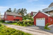 Hus og garasje med have