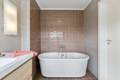 Pent flislagt bad med badekar