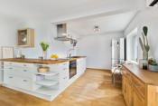 Lyst åpent kjøkken