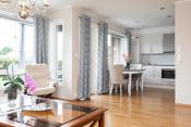 Lyst og delikat stue, kjøkken med integrerte hvitevarer
