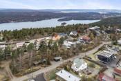 Oversiktsbilde med Gjersjøen nærmest og Oslofjorden lenger bak i bildet