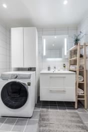 Flott flislagt baderom i moderne farger med vannbåren gulvvarme.