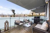 Leiligheten disponerer en balkong på ca.  11 kvm med overbygg glassrekkverk og utelys.
