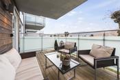 Balkongen har fin utsikt og har ettermiddagssol og derfor egner den seg perfekt til grilling på varme sommerdager.