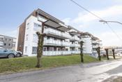 Fra parkeringsplassen er det enkel adkomst til boligen som ligger i byggets første etasje.