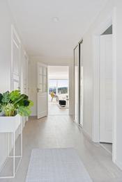 Med nytt gulv og nyoppussede vegger og tak fremstår leiligheten nærmest som ny