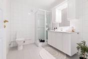 Stort og tiltalende hovedbad med nytt wc og dusjkabinett. Varmekabler