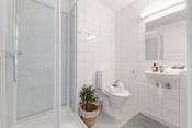 Bad nr 2 med nytt wc og dusjkabinett
