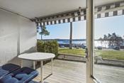 Fra stuen er det utgang til fin terrasse med nydelig utsikt mot sjøen.