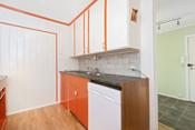 Det har opprinnelig vært åpen løsning mellom stue og kjøkken, noe som kan tilbakestilles.