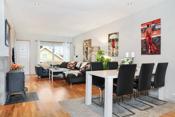 Stor, lys og koselig stue med delvis åpen løsnig mot kjøkkenet. Her har du også vedovn i stuen!