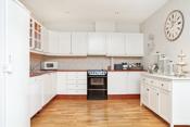 Stort flott kjøkken i praktisk & klassisk utførelse med profilerte fronter